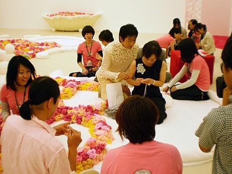 広瀬さんと編み物をする参加者