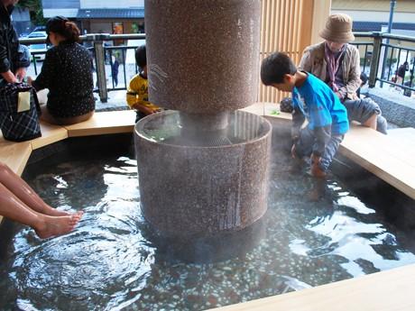 湯涌温泉に誕生した「白鷺の足湯」