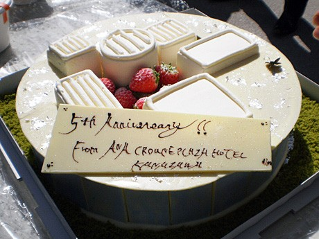 セレモニーでサプライズ提供されたバースデーケーキ
