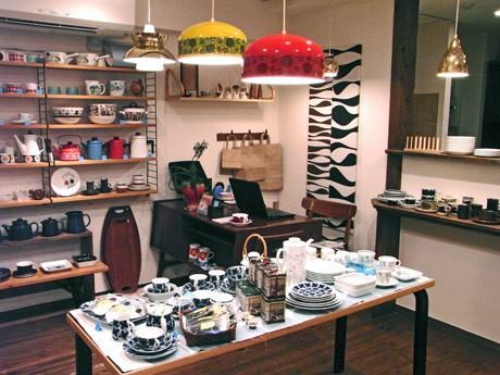 家具やライトなどのインテリアも北欧のデザインにこだわった店内