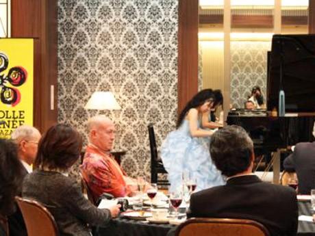 参加者を前に、ショパンなどの楽曲を披露する竹田さん