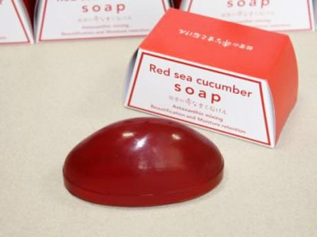 赤ナマコを配合した高級洗顔せっけん。フォルムもナマコに似せた