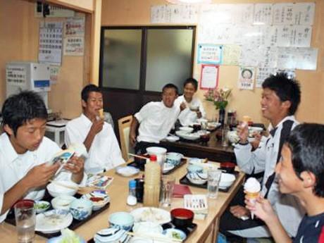 サービスのソフトクリームを食べる本田選手の後輩、星稜高校サッカー部員たち