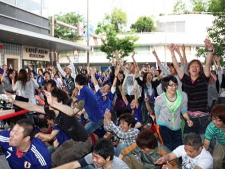 試合終了で日本勝利が決まり、喜ぶ観客