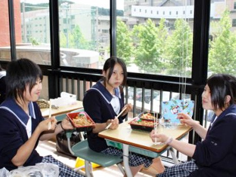 「応援弁当」を食べながら談笑する生徒