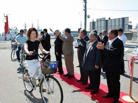 自転車に試乗して金沢港から金石へ向かう地域住民