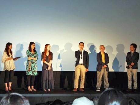 上映開始前、舞台であいさつする米林監督(右から3人目)ら