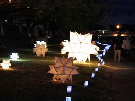 浅野川河川敷に設置されたコンペイトー型の照明オブジェ