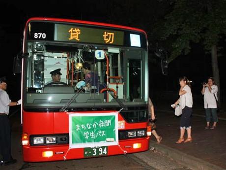 金沢市が用意した山側ルートのバスに乗り込む学生