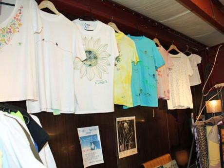 Tシャツがずらりと並べられた店内