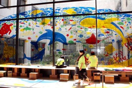 病院の窓をステンドグラス風に-地元美大生らがアートで貢献