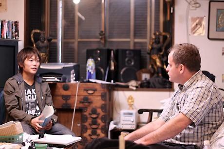 ジャーナリストのベンジャミン・フルフォードさんへのインタビューシーンの撮影風景