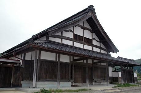 重要文化財に指定される切妻屋根の「旧鯖波本陣石倉家住宅」