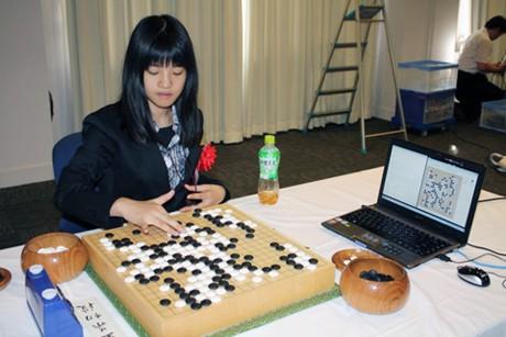 コンピューターソフトを相手に碁盤に向かう藤沢初段