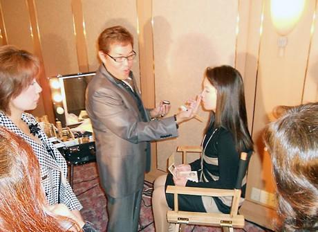 「城下町べっぴん塾」の発足記念イベントで行われたメークアップショーの様子