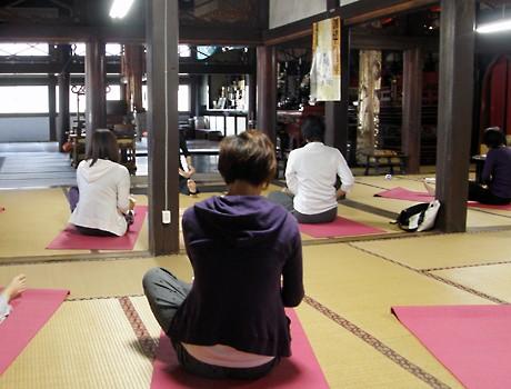 金沢市寺町の承証寺で開催されたヨガの体験イベント