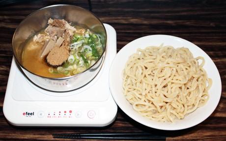 若い男性客に人気のつけ麺。大盛り(500グラム)はどんぶり鉢に山盛りにして出される