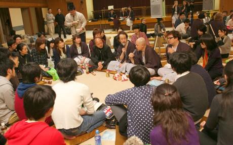 今年1月に開催されたイート金沢の夜塾で参加者と懇談するゲストたち(イート金沢実行委員会提供)