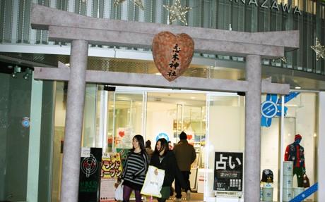 金沢パティオ入り口に設けられた恋木神社の鳥居のレプリカ