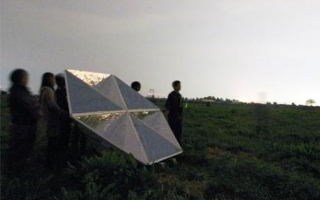 内灘町の牧場に六角形の反射板を置き、撮影タイミングを待つ学生ら(10月14日)©Hiroshi SUZUKI