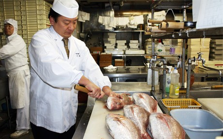 フランスとスイスで加賀料理を披露する川村料理長
