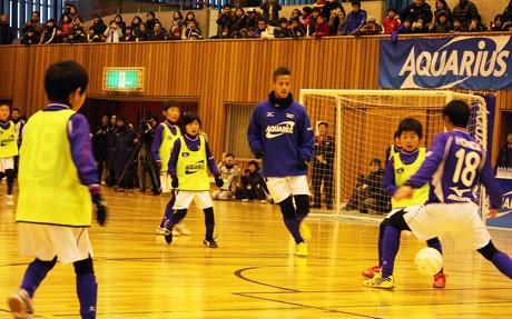 子どもたちと対戦する本田選手