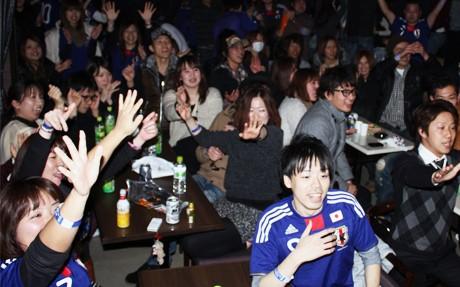 日本代表の得点に沸く会場