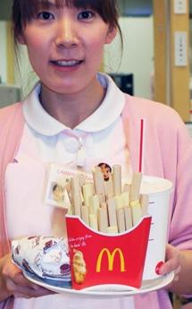 献血の「お礼」に用意されたマクドナルドのハンバーガーセットの模型
