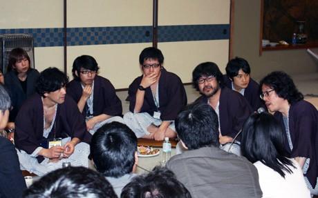 夜塾で浴衣姿に着替え、参加者とひざを交えて話をする浦沢さん(右)と倉本さん(右から3人目)、明和電機の土佐さん(同6人目)