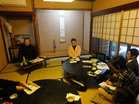 幼いころの記憶に残る魯山人の話なども交えながら金沢の料理屋の歴史を語る松本初夫さん
