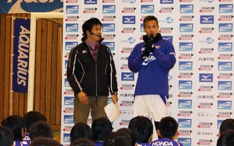 サッカー教室で子どもたちを激励する本田選手(2010年12月26日)