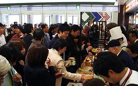 加賀ブランドの食品を求めて長い列を作る客