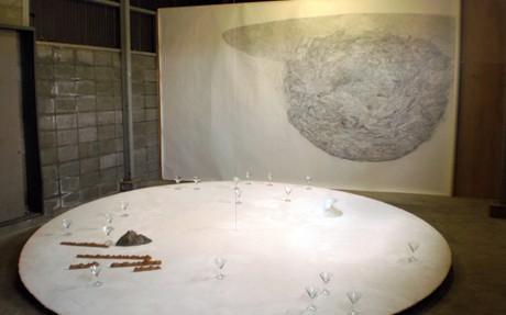 「問屋まちスタジオ」で開催されている作品展の会場風景
