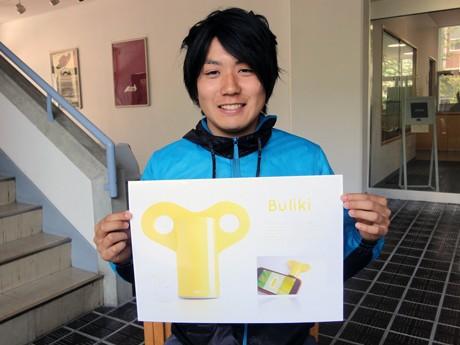 「Buliki(ブリキ)」のCGを手に、受賞の喜びを語る三宅さん