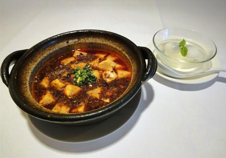 コースで提供される麻婆豆腐とクーポン利用者にサービスされる団子汁