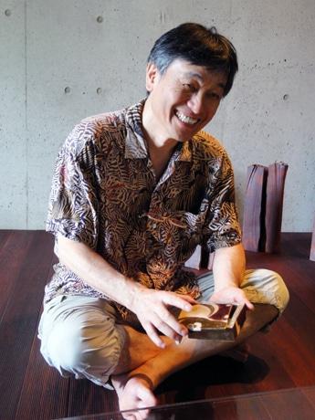 「趣膳食彩」の当日、器として利用する自作の筥(はこ)を手にする中村さん