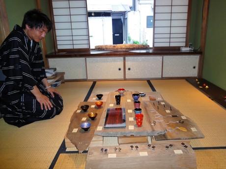 町家の和室に並べられた中嶋さんと稲見さん夫婦の作品