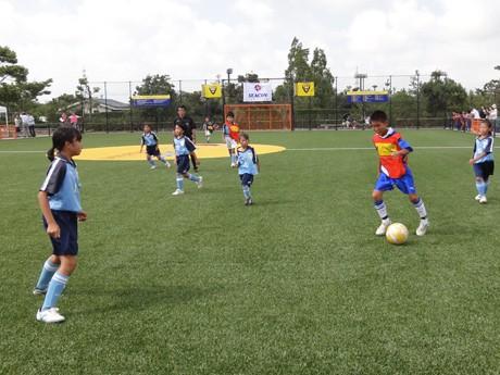 完成した本田圭佑クライフコートで6人制サッカーを楽しむ小学生