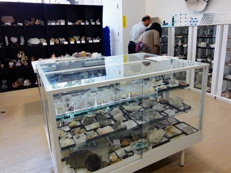 鉱物標本や美石を並べた店内