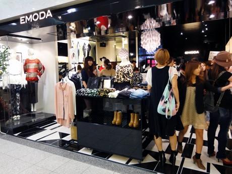 日本海側初登場の「エモダ」。初日から女性客がひっきりなしに訪れた
