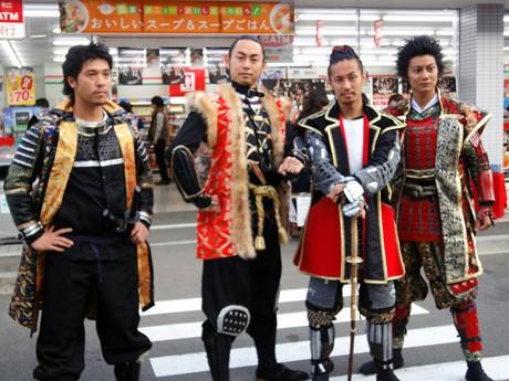 (右から)名古屋おもてなし武将隊の前田慶次、織田信長、金沢おもてなし武将隊の前田慶次郎、奥村助右衛門