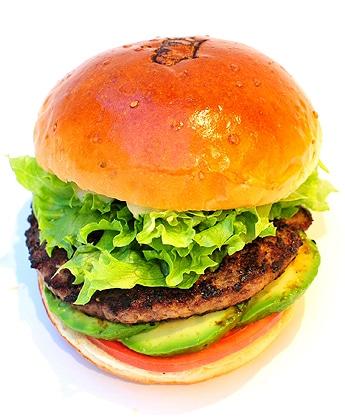 野菜たっぷりの「L.A.チーズ&アボカドバーガー」(「ハンバーガーのWONDERFUL」提供)