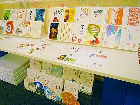 コニーズアイで開催されている企画展「地元作家の年賀状展2012―地産地消をデザインする」の会場風景
