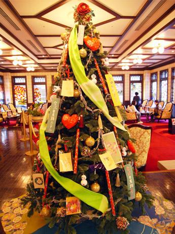 金沢白鳥路ホテルのロビーに展示されている加賀友禅と金沢金箔のクリスマスツリー