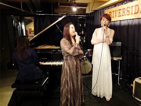 ジャズバー「RIVERSIDE(リバーサイド)」でしっとりとした歌声を響かせる志乃さん(中央)と篠崎さん(右)