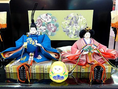 親王飾り「加賀三彩」。手描き加賀友禅のお内裏さまとおひなさまに加賀友禅のついたてびょうぶ。