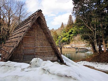 玉泉湖のほとりに建つ氷室小屋