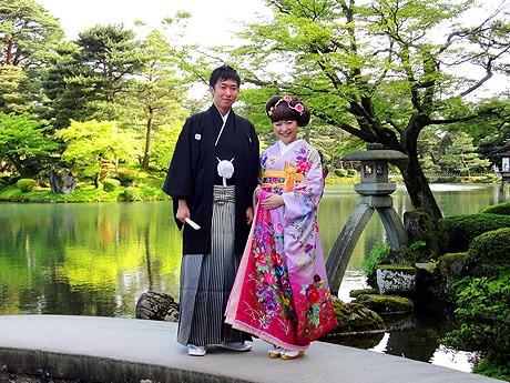 山田さんは紋付きとはかま、新婦の美弥さんはバラ模様の引き振り袖で撮影に臨んだ