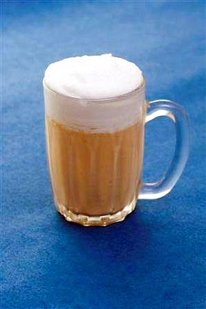 本物のジョッキを使った「ビールジョッキ」。中はコーヒーのムース(写真=「ラ・ナチュール」提供)