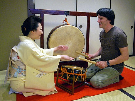 「仲乃家」でお座敷太鼓を体験する参加者